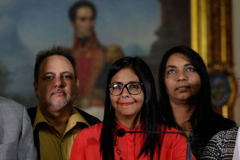 La presidenta de la Asamblea Nacional Constituyente, Delcy Rodríguez, el sábado junto a miembros de la Comisión de la Verdad.
