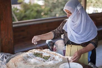 En el mercado también se cocinan a diario platos típicos.