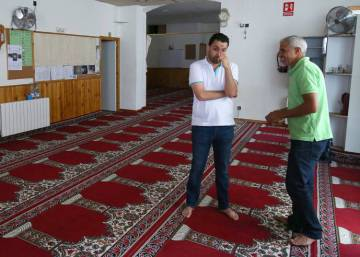 "Imam accused of masterminding Barcelona attacks led ""normal"" life"