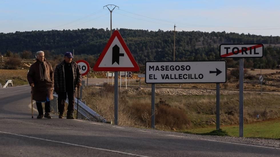 Dos de los 16 habitantes censados de Toril (Teruel), uno de los pueblos de la zona que están prácticamente despoblados.rn