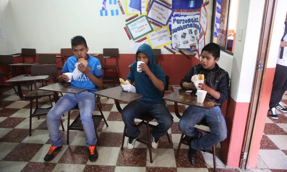 El programa Lecciones Brillantes ofrece también desayuno y refacción a los chicos.