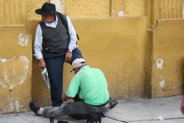 Desde primera hora de la mañana, los lustreros ocupan las calles del centro histórico de la capital de Guatemala para ganar los pocos más de 100 quetzales que pueden conseguir al día.
