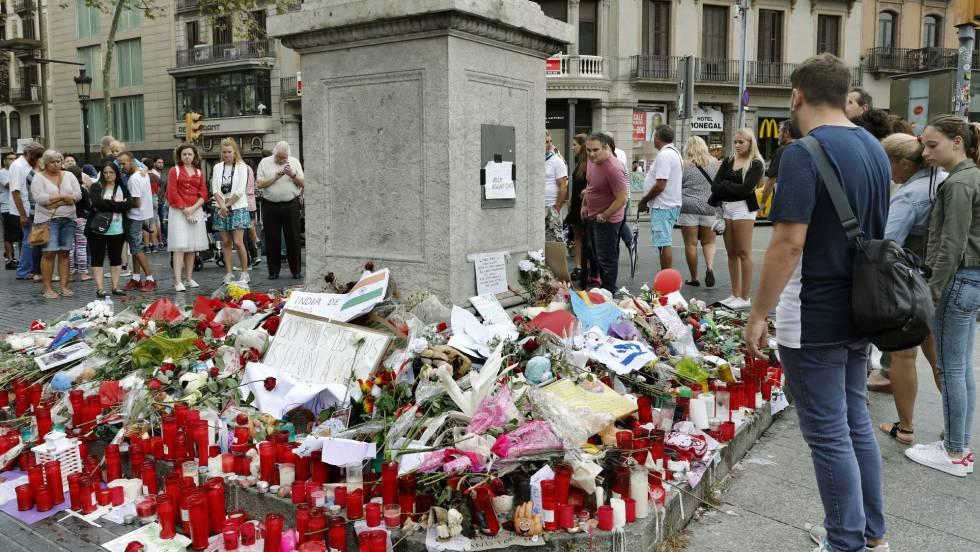 Barceloneses y turistas hacen un alto en el Memorial con flores a las víctimas de atentado terrorista.