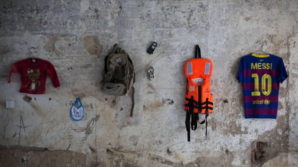 en la pared de la exposicin uacross bordersu algunas de las prendas y objetos