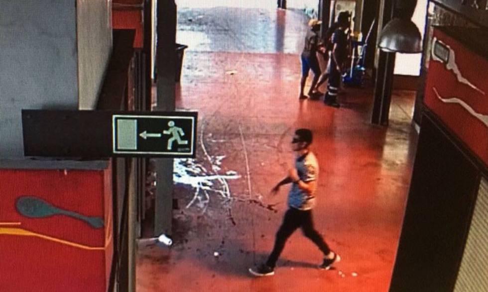 El terrorista Younes Abouyaaqoub, captado por una cámara del mercado de La Boquería