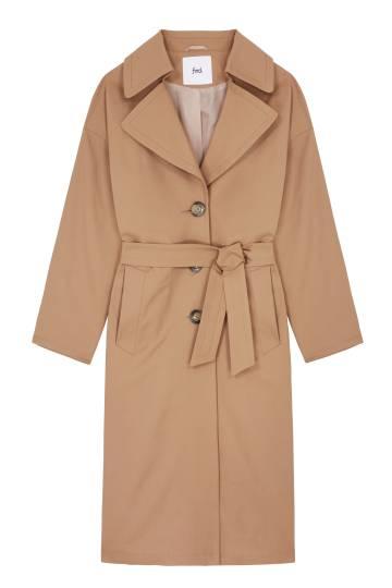 Un abrigo beige, de la colección de Amazon.