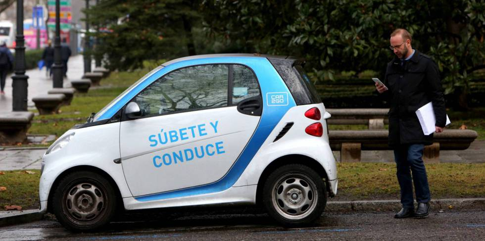 Un usuario de Car2Go se dispone a utilizar un vehiculo en Madrid.