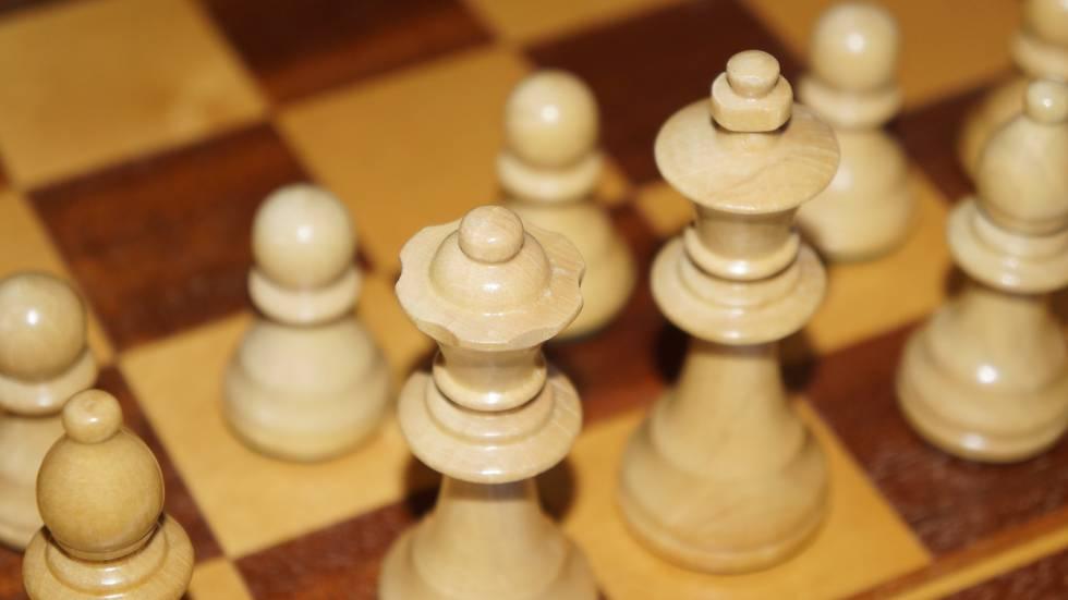 Varias figuras en un tablero de ajedrez.