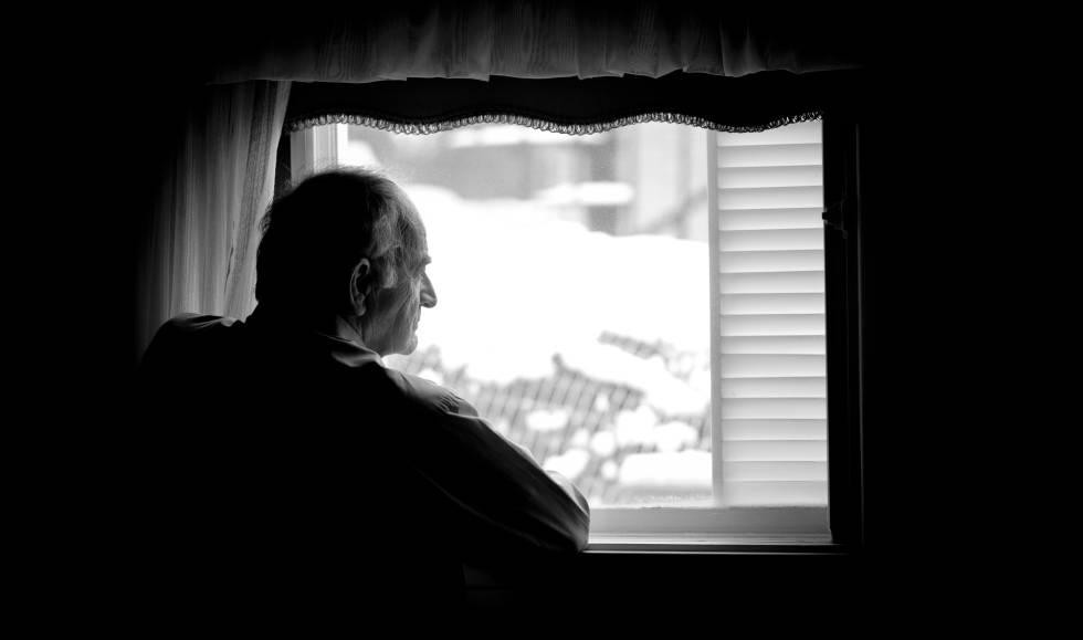 Un hombre mirando por la ventana