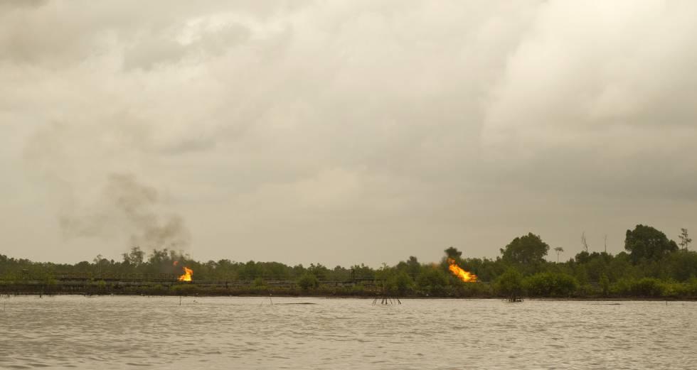 Quema de gas producida en extracciones petrolíferas.