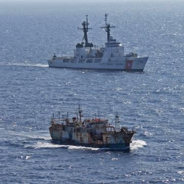 Un buque de la Guardia Costera de EE UU vigila a un pesquero pirata en el Pacífico Norte, en 2012.