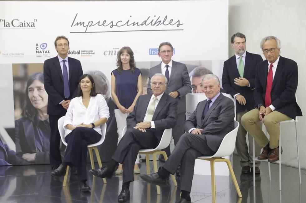 El presidente de la Fundación 'la Caixa', Isidro Fainé, en el centro, sentado, junto a los investigadores y el director general de la Fundación la Caixa, Jaume Giro.
