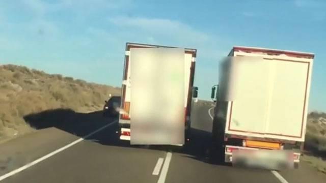 El conductor que graba esta escena se libra por muy poco de un buen golpe