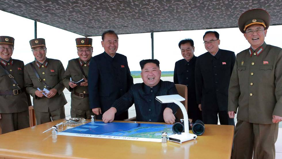 El líder norcoreano y sus oficiales. rn