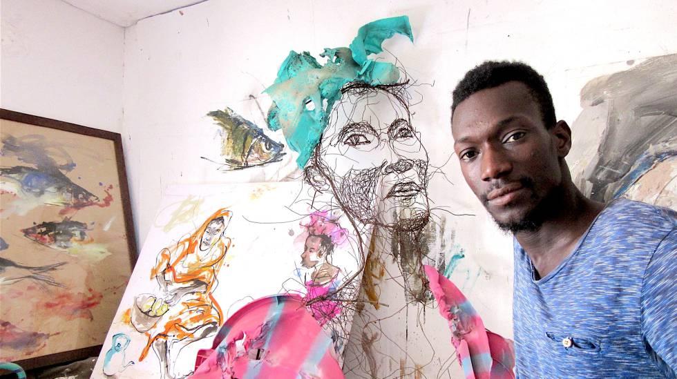 El artista Oumar Ball, junto a una de sus obras en Nuakchot.