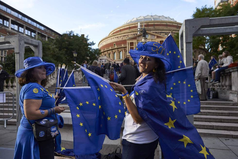 Manifestantes proeuropeos frente al Albert Hall de Londres.