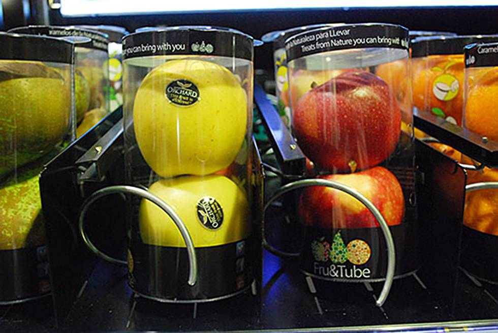 Maquina 'vending' con fruta.