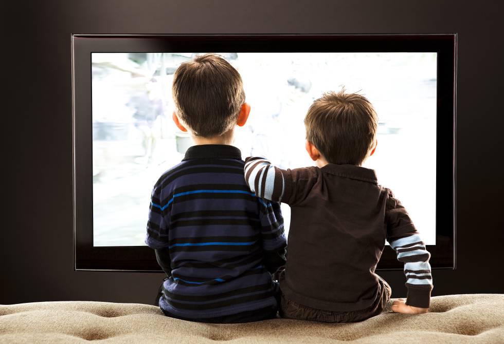 Dos niños viendo televisión.rn rn rn