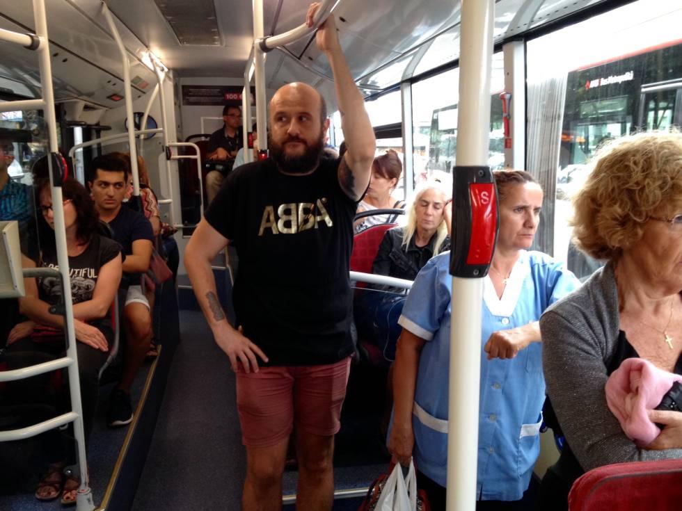 Esto es lo que pasa cuando vas con una camiseta de ABBA por la calle