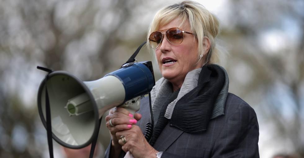erin brockovich sigue su batalla contra bayer gente y famosos  erin brockovich durante una manifestacion en washington en