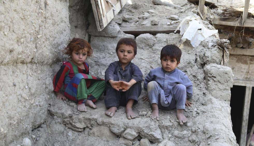 Niños desplazados por las operaciones militares contra el Estado Islámico en Achin (Afganistán), regresan con sus familiares a sus hogares destruidos.