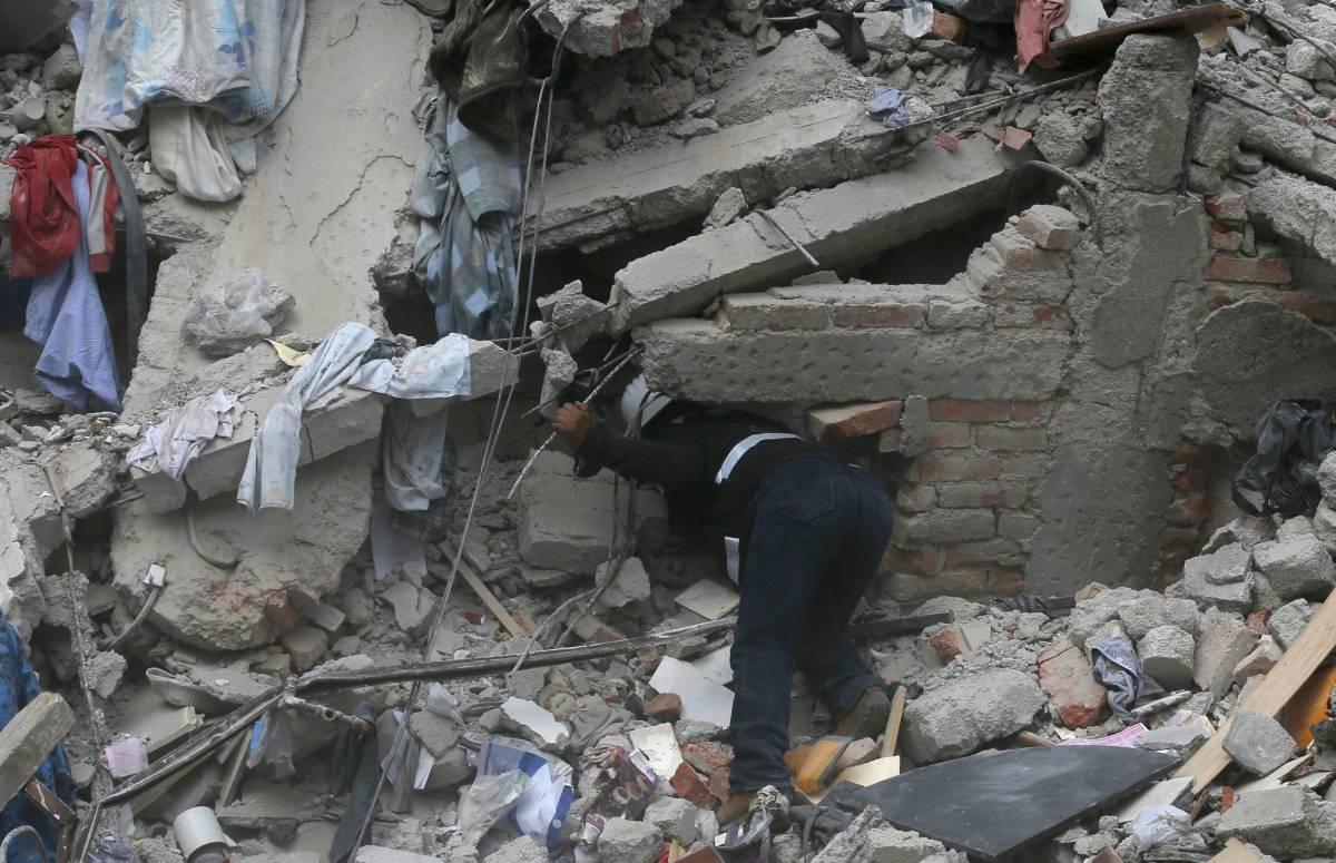 Búsqueda de supervivientes entre los escombros de un edificio derrumbado.