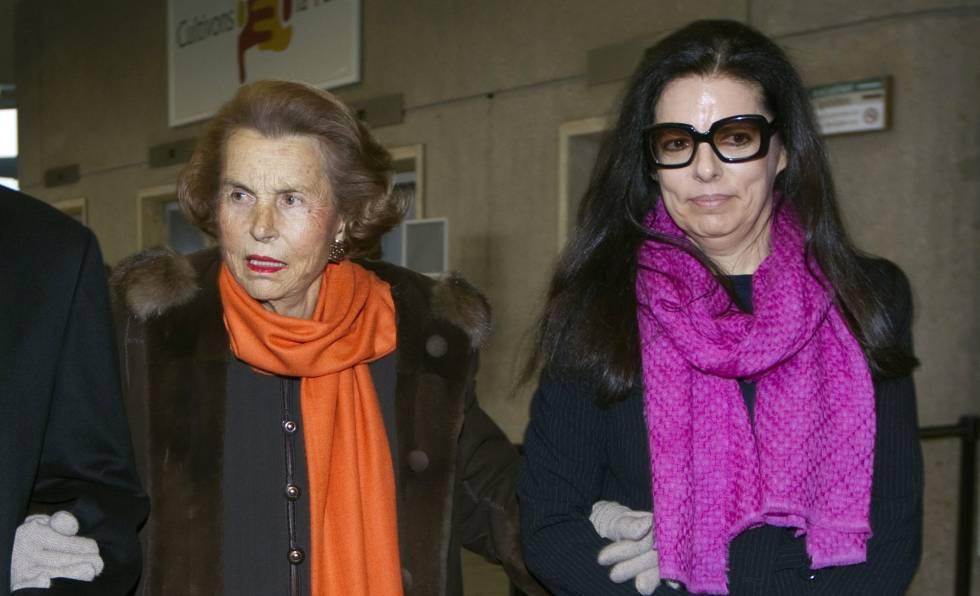 Liliane Bettencourt y su hija, Francoise Bettencourt-Meyers, en marzo de 2011.