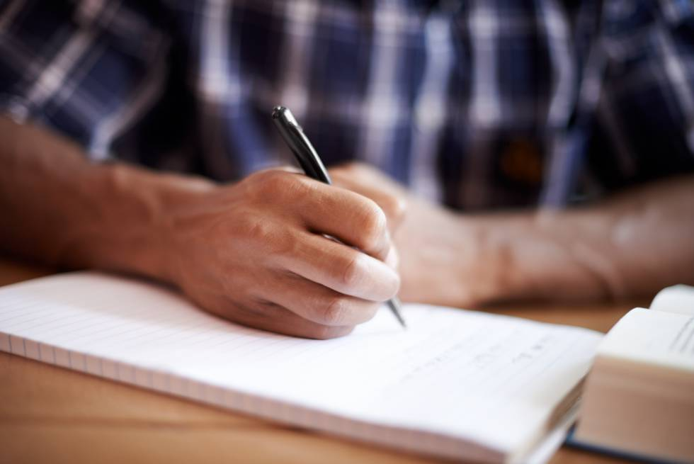 Una persona tomando notas.