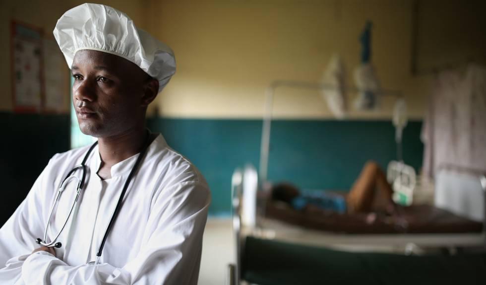 Retrato de Abdoul Gadiri Diallo doctor en el centro de salud CMC Flamboyants de Conakry, Guinea.