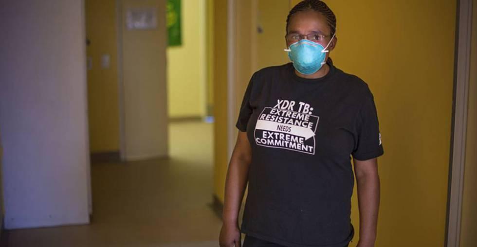 Xoliswa Harmans, conselheira da clínica Lizo Nobanda, da Cidade do Cabo, África do Sul. Estas profissionais de saúde são fundamentais para os doentes quando enfrentam um tratamento que durará pelo menos dois anos. Pacientes de tuberculose extremamente resistente encontram apoio emocional e informações durante esse processo.