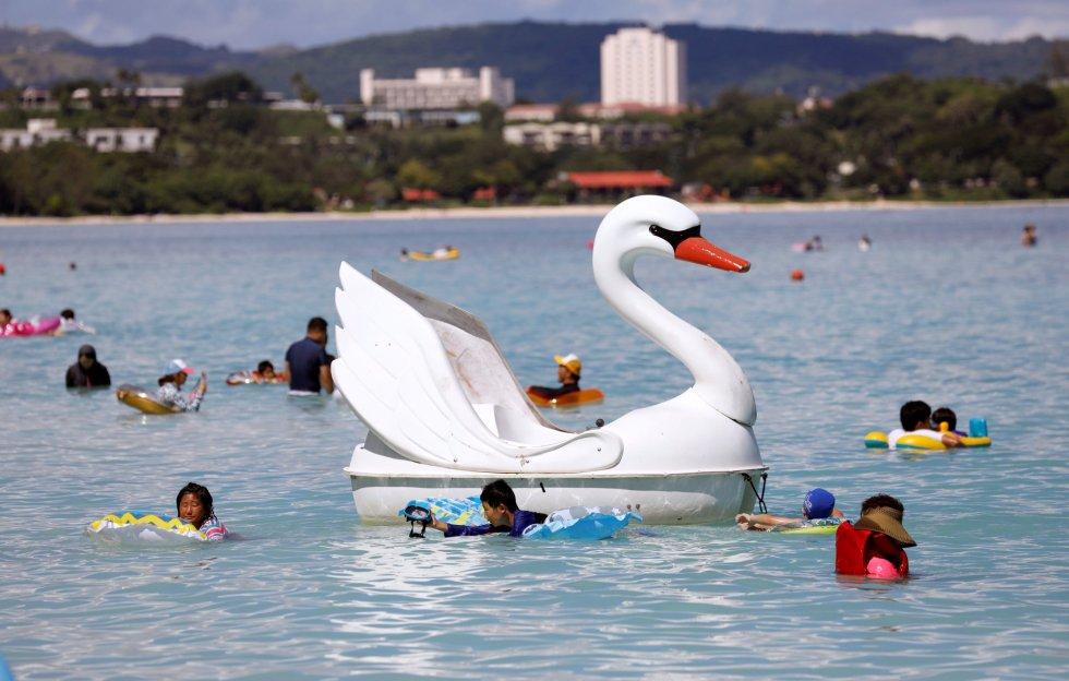 Un flotador con forma de cisne entre turistas en el agua, el 12 de agosto de 2017 en la Isla de Guam (EE.UU)