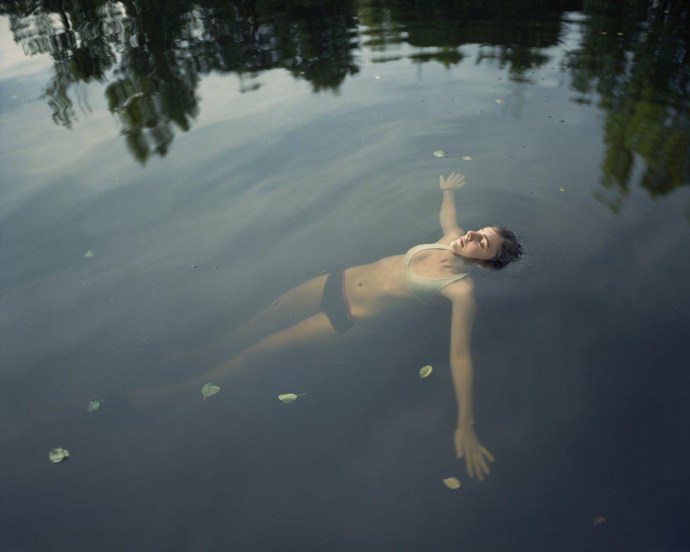 Una mujer relajándose en el agua.