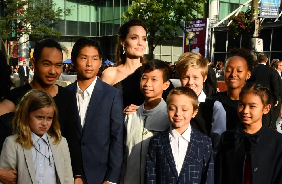 Angelilna Jolie, con sus seis hijos y parte del reparto de su última película, el pasado 11 de septiembre en el festival de Toronto.