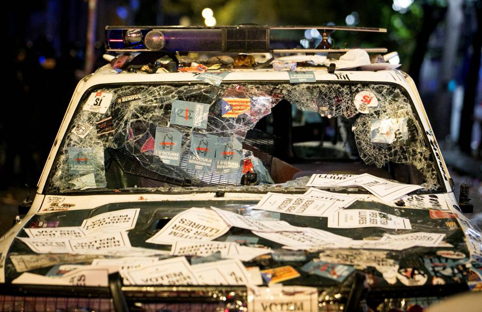 A vandalized Civil Guard patrol car outside the regional department of economic affairs on Wednesday night.