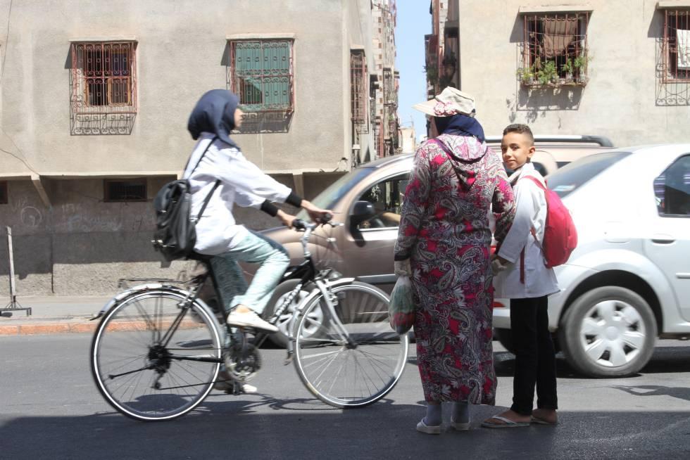 La convivencia de viandantes, ciclistas, motoristas, coches y autobuses es una estampa cotidiana de toda la ciudad de Marrakech. Imagen tomada en el barrio de Diour Jdad, a 1,5 kilómetros de la Medina.