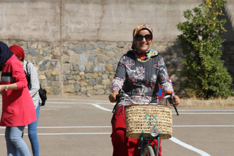 Una de las usuarias de Pikala Bikes, sonríe para Seres Urbanos.