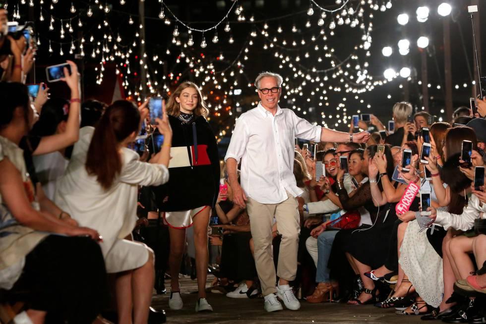 Gigi Hadid y el diseñador Tommy Hilfiger, tras el desfile de su colección en la Semana de la Moda de Nueva York el pasado febrero.
