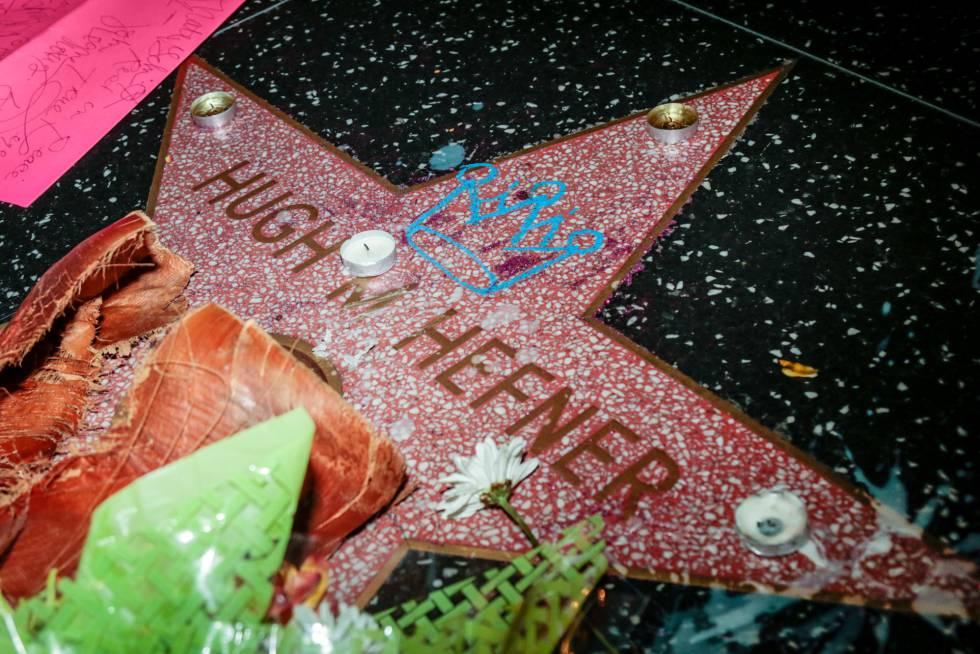 Primeros gestos de homenaje a Hugh Hefner, en el Paseo de la Fama de Hollywood.