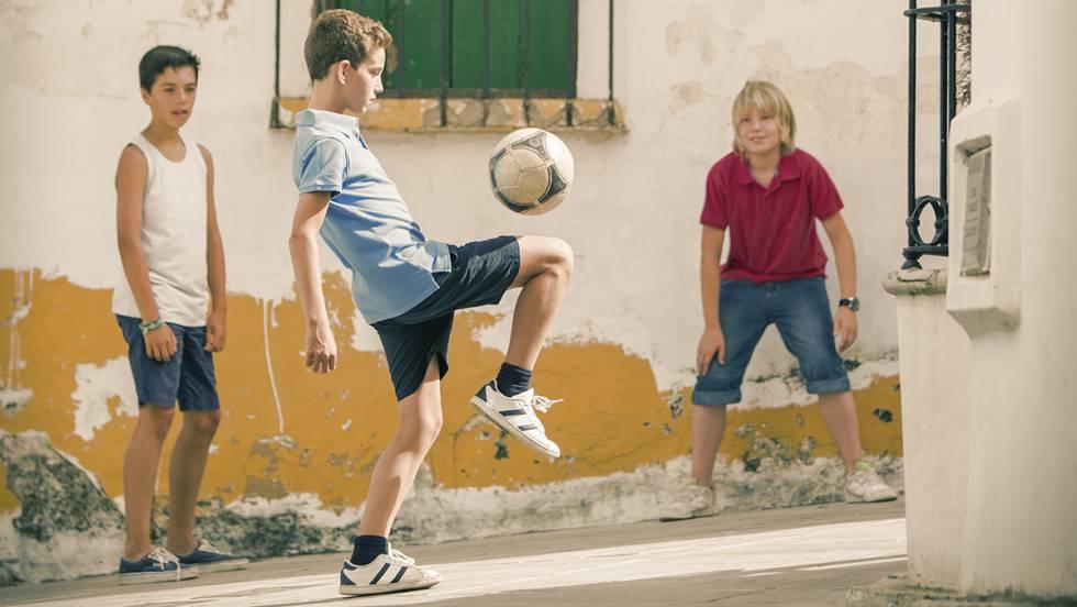 En este pueblo, los niños no pueden jugar al balón en la calle ...