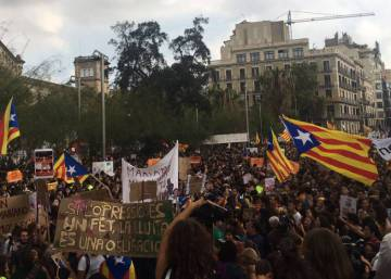 Thousands of students march in Barcelona to defend Sunday referendum