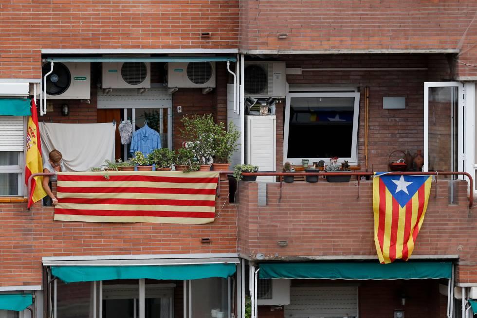 Una mujer colgando una bandera catalana. rn