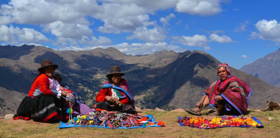 Miembros de la comunidad de Viacha, en el Valle Sagrado de Perú, muestran distintos tipos de papas y artesanías.