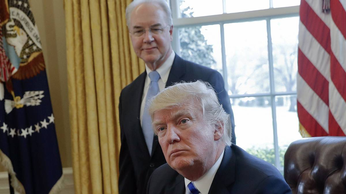 Donald Trump con el dimitido secretario de Salud, Tom Price.