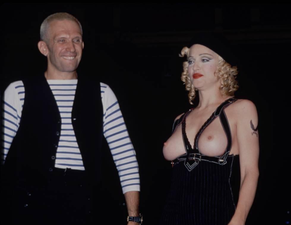 Madonna junto a Jean Paul Gaultier tras el lanzamiento de Erotica en un desfile del diseñador en París