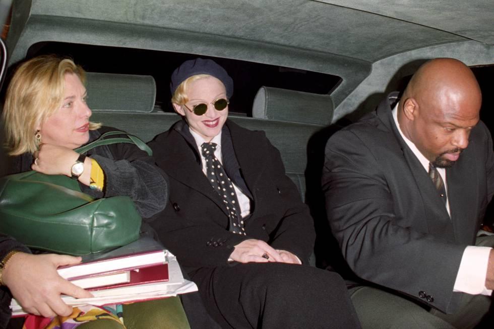 Madonna y su publicista Liz Rosenberg saliendo de un hotel en Londres en plena promoción de Erotica