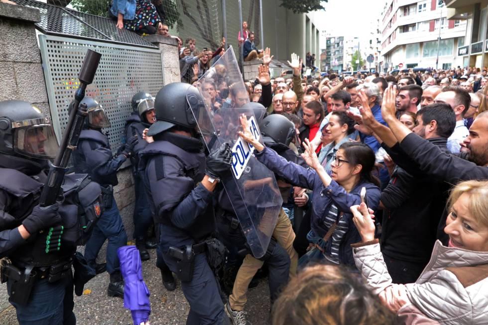Resultado de imagen de fotos del referendum catalan