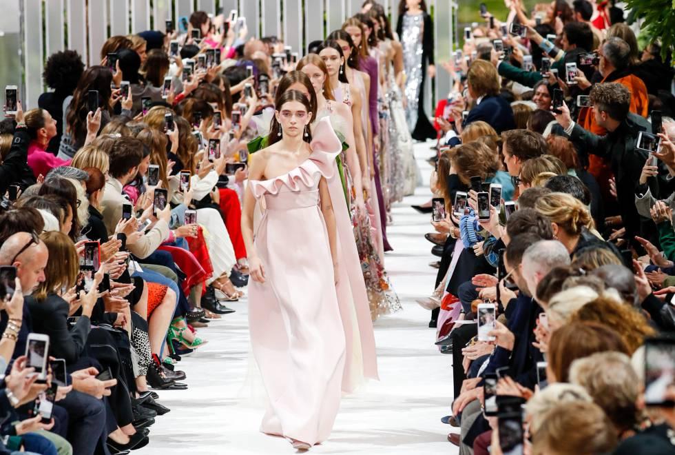 Las modelos desfilan vestidas de Valentino este lunes en la Semana de la moda de París.