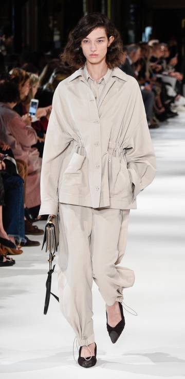 La modelo McKenna Hellam desfila para Stella McCartney.