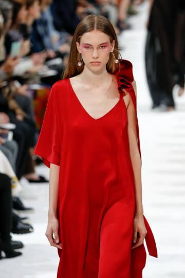 La modelo Lex Herl desfila vestida de Valentino.