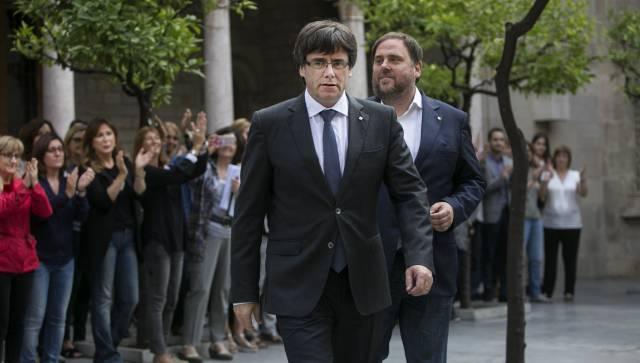 Puigdemont declara la independencia de Cataluña